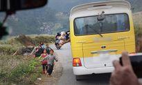 Phẫn nộ cảnh hành khách ngồi trên ô tô ném thức ăn xuống đường cho trẻ em Hà Giang