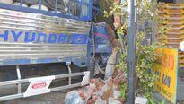 Quảng Nam: Xe tải mất lái, lao thẳng vào nhà dân