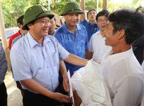 Bộ Trưởng Bộ TT&TT thăm, tặng quà ông Hoàng Văn Tâm cứu sống 15 người trong lũ