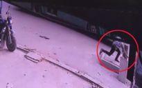 TP.HCM: Chạy theo xe buýt, người đàn ông rơi xuống hố ga tử vong