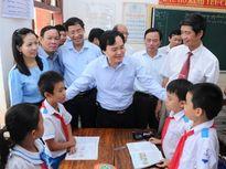 Bộ trưởng Phùng Xuân Nhạ trực tiếp động viên thầy trò miền Trung