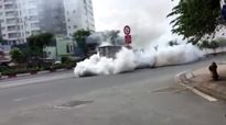 Hình ảnh xe bốc khói mù mịt trên đại lộ Phạm Văn Đồng