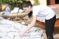 Những hình ảnh giản dị của hoa hậu Kỳ Duyên đi từ thiện tại Quảng Bình