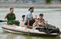Nữ du khách nước ngoài bất ngờ bơi ra giữa Hồ Gươm múa hát