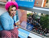 Miley Cyrus diện trang phục quái dị ủng hộ Hillary Clinton