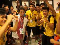 HLV Hoàng Anh Tuấn hôn quốc kỳ, U19 Việt Nam hạnh phúc ngập tràn
