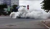 Xe tải bốc khói ngùn ngụt trên đại lộ