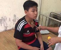 Vô tình ném chai nước qua đầu thầy, một học sinh bị đánh