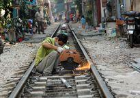 Thót tim cảnh sinh hoạt, băng qua đường tàu tại Hà Nội