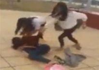Hai nữ sinh đánh bạn trong tiếng reo hò