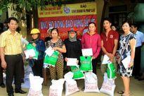 Báo KD&PL trao tận tay 100 suất quà cho người dân vùng lũ