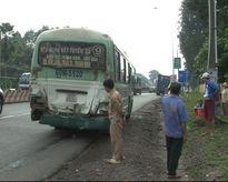 Xe buýt dừng đèn đỏ bị container tông đuôi, hành khách hoảng loạn