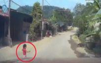 Bé gái lao ra đường suýt bị ôtô đâm văng ở Điện Biên