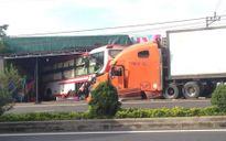 Xe container nổ lốp, đâm ô tô khách văng hàng chục mét