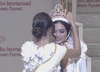 Hoa hậu Philippines gặp sự cố sụp lông mi khi đăng quang Hoa hậu Quốc tế 2016
