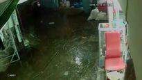 Cướp xông vào tiệm cắt tóc ở Sài Gòn giật điện thoại