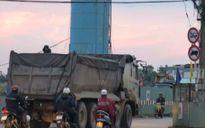 Xe tải nặng dán logo làm 'bùa phép' vào đường cấm