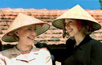 Chuyện chưa kể về chiếc nón lá của bà Hillary Clinton trong chuyến thăm Việt Nam năm 2000