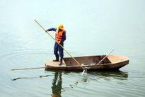 Lấy mẫu nước để điều tra nguyên nhân gần 400kg cá chết tại hồ Linh Đàm