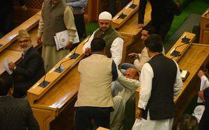 Nghị sĩ Ấn Độ ẩu đả giữa nghị trường vì ăn thịt bò