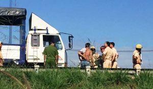 CSGT bị tài xế đạp văng từ trên xe tải xuống đất