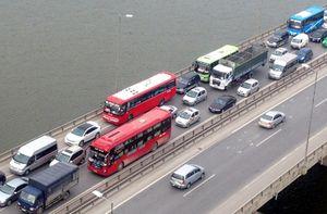 """Hà Nội: Hàng ngàn xe ô tô bị """"giam chân"""" dọc tuyến đường trên cao"""