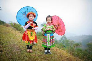 Loạt ảnh bé gái Hà Giang xinh xắn đón Tết trong sương mờ