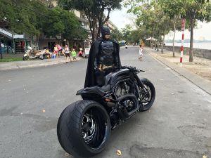 Chàng trai Việt Nam đầu tư cả bộ Batman, xuống phố chơi Tết