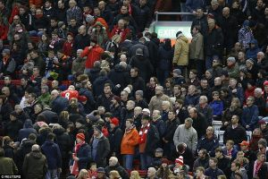 Liverpool tăng giá vé, fan bỏ dở trận đấu giữa chừng đi biểu tình