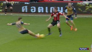 Sao Arsenal thoát thẻ đỏ sau pha vào bóng nguy hiểm bằng 2 chân
