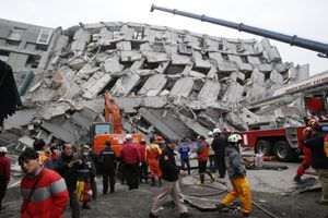 Cứu hộ làm việc suốt đêm tại hiện trường động đất Đài Loan