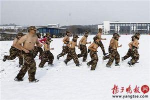 Trung Quốc rèn trẻ bán nude trong tuyết