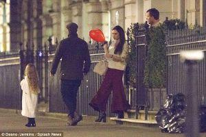 Harper Beckham khoe tóc mây đi chơi cùng bố mẹ