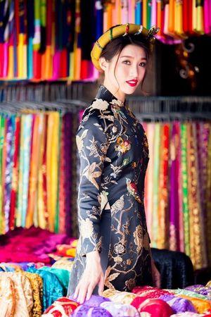 Quỳnh Châu diện áo dài gấm rạng rỡ ngày đầu năm