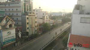 Người Sài Gòn diện áo ấm du xuân sáng mùng 1 Tết trên đường phố thênh thang