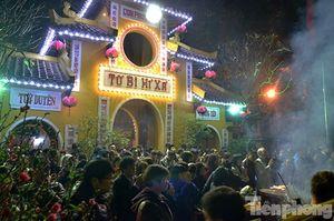 Người Hà Nội nô nức đi lễ chùa ngày đầu năm