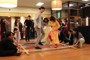 Khách quốc tế mặc áo dài, nhảy sạp đón Tết cùng người Việt