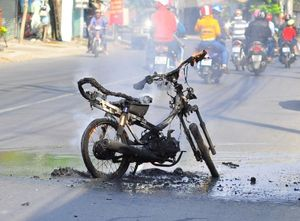 Xe máy bất ngờ bốc cháy dữ dội, chủ xe bỏ chạy thoát thân