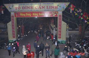 Người dân đi lễ chùa, mua muối, cầu lộc sau thời khắc giao thừa