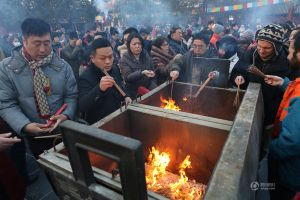 Người dân Trung Quốc chen chúc lên chùa cầu may dịp đầu năm mới