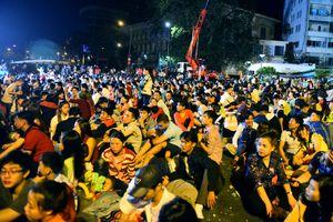 Hàng nghìn người Sài Gòn ra đường xem pháo hoa