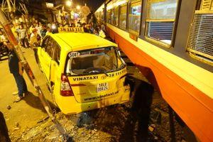 Xe lửa tông taxi