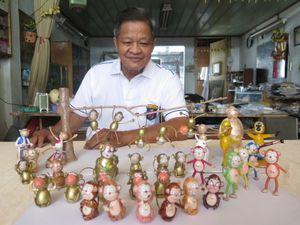 Nghệ nhân làm gần 40 chú khỉ bằng vỏ trứng để chúc Tết