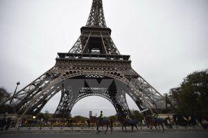 Du khách vẫn đổ đến Paris sau các vụ tấn công khủng bố