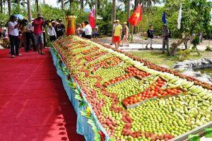 Du khách đổ xô đến xem đảo khỉ ở Nha Trang