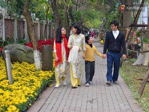 Người dân Hà Nội thích thú dạo chơi ở đường hoa rực rỡ ngày đầu xuân