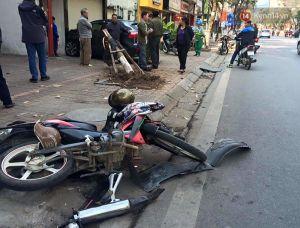 Hà Nội: Va chạm xe máy, ô tô húc gãy cây, 2 người bị thương nặng