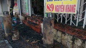 6 căn nhà trên phố Nguyễn Khang bị thiêu rụi sáng mùng 4 Tết