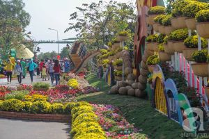 Người dân nô nức tham quan đường hoa độc đáo chỉ cách Sài Gòn 20km