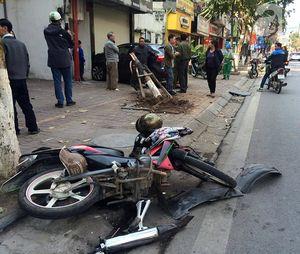 """""""Xe điên"""" tông hai phụ nữ, húc đổ cây xanh rồi đâm vào cửa nhà ở Hà Nội"""